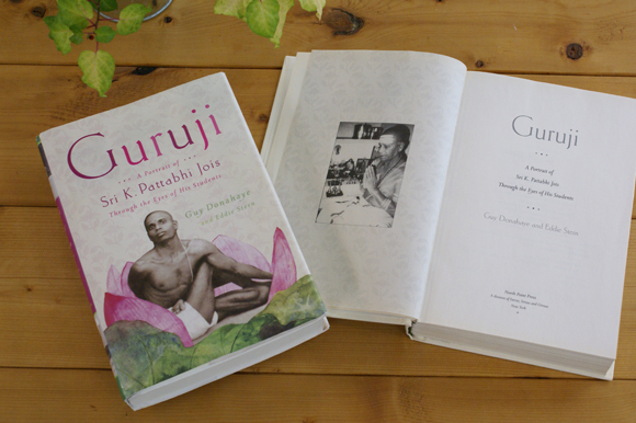 アシュタンガヨガの創始者である、 シュリ・K・パッタビ・ジョイスの教えを今に伝える貴重な1冊 『Guruji(グルジ)』を翻訳出版